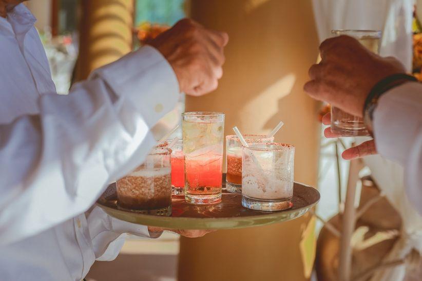 bartender en boda con bebidas variadas