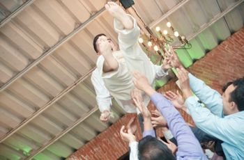 ¿Por qué se avienta al novio en la boda?