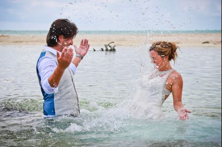 Seis razones y 60 fotos para hacer un trash the dress en el agua