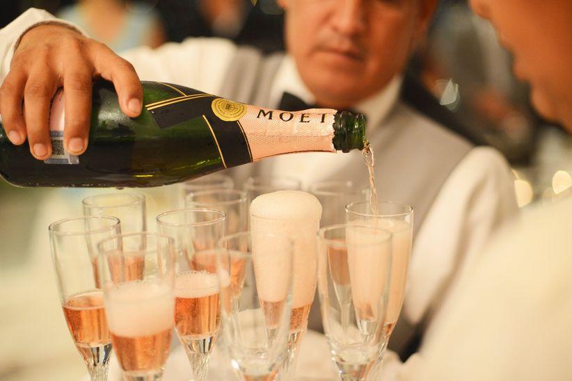 sirviendo champaña para el brindis de boda