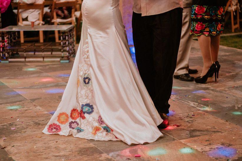 bd8356d514 40 vestidos de novia con bordados de colores - bodas.com.mx