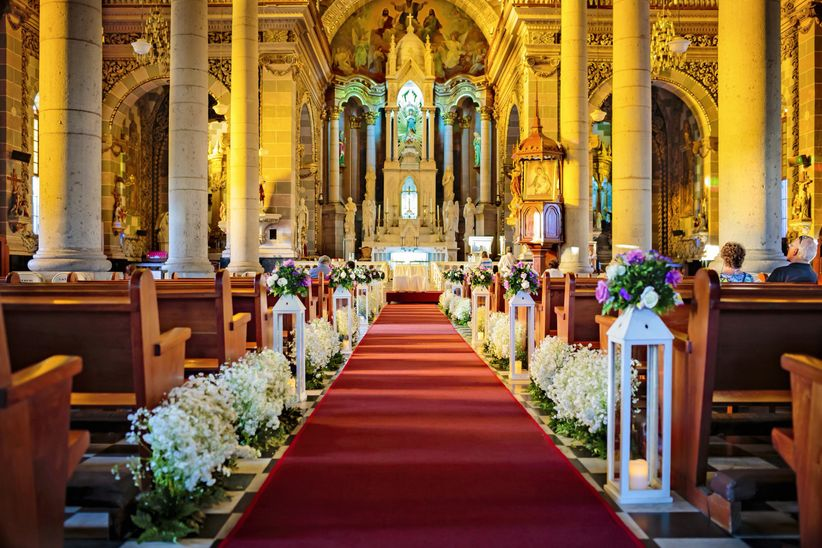 Tips para decorar su ceremonia religiosa que no se les for Sillas para novios en la iglesia