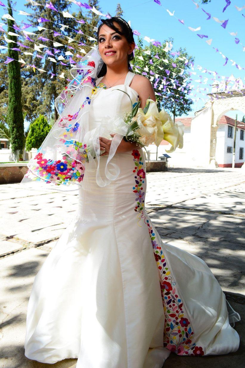 866bb78650 40 vestidos de novia con bordados de colores - bodas.com.mx