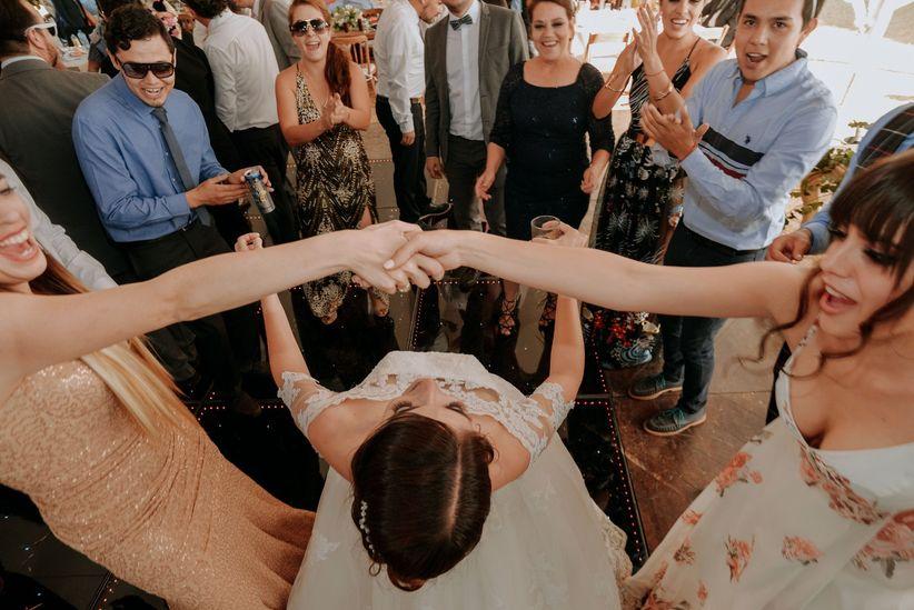 f48acf458 Por fin el sueño se hizo realidad  bailar juntos el vals y lucir ese lindo  vestido de novia que siempre anhelaste. La emoción de compartirlo con sus  seres ...