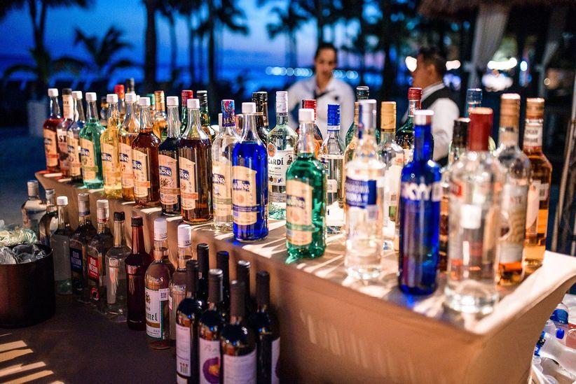 mesa de bebidas para la boda con diferentes botellas