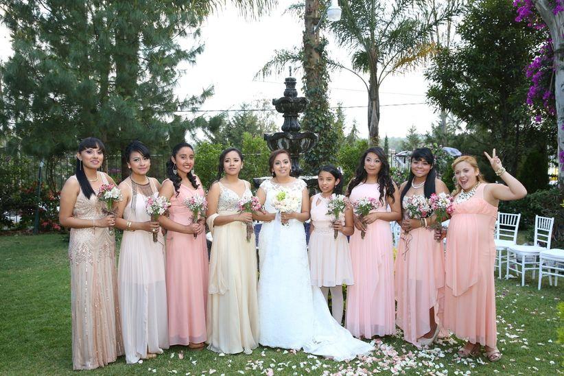 Look de invitadas a boda en jard n for Boda en jardin vestidos