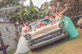 Fotos de los novios con su coche de boda