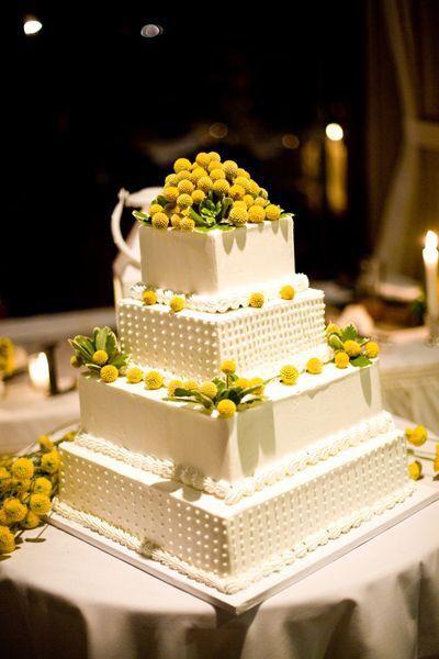 Pastel de bodas con toques amarillos 2