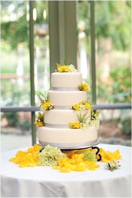 Pastel de bodas con toques amarillos 14