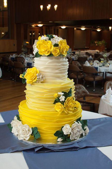 Pastel de bodas con toques amarillos 15