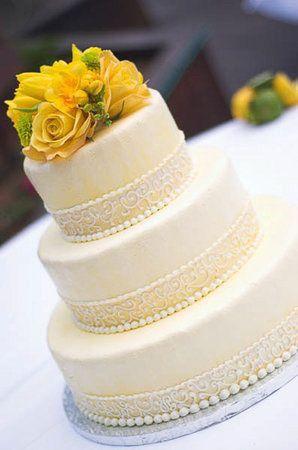 Pastel de bodas con toques amarillos 16
