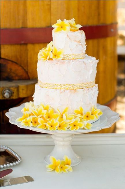 Pastel de bodas con toques amarillos 18