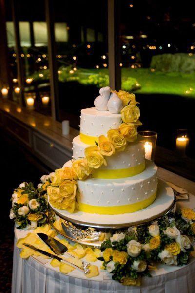 Pastel de bodas con toques amarillos 19