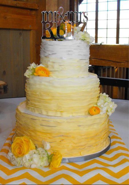 Pastel de bodas con toques amarillos 20