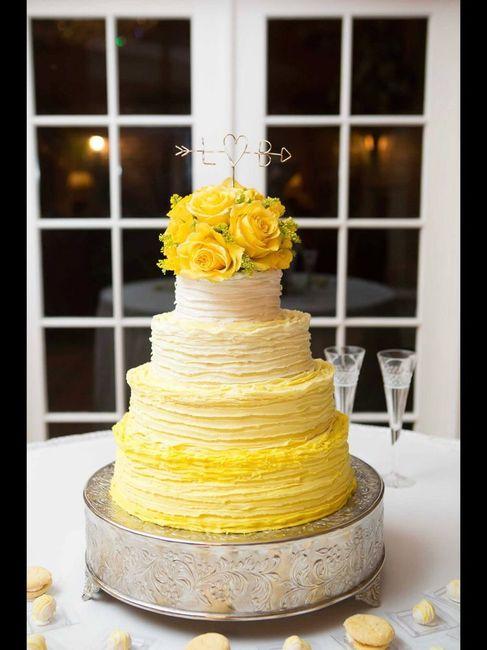 Pastel de bodas con toques amarillos 21