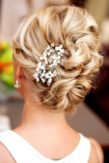 cual es el peinado ideal para un vestido con espalda descubierta