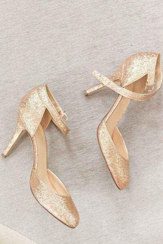 Hermosas zapatillas doradas 3