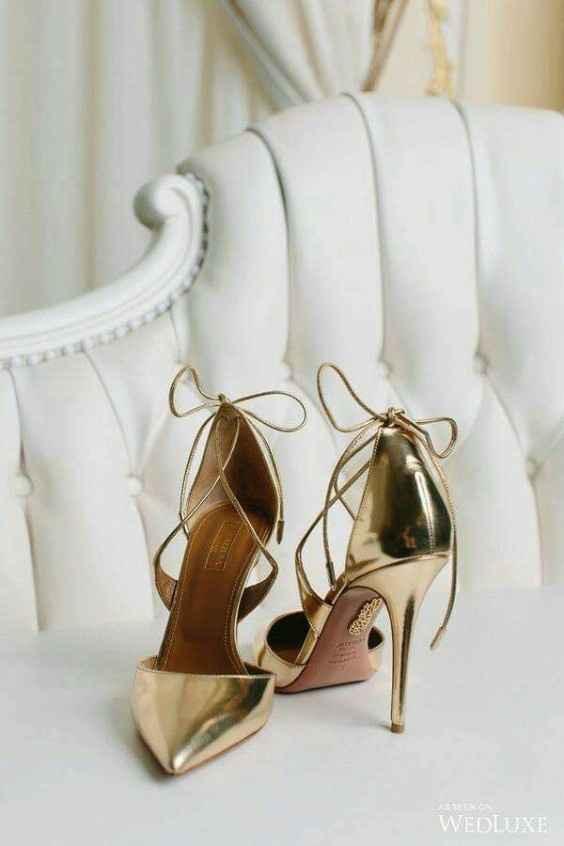 Hermosas zapatillas doradas 6