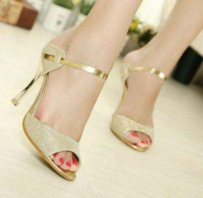 Hermosas zapatillas doradas 11