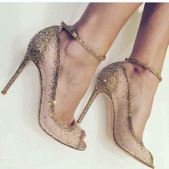 Hermosas zapatillas doradas 13