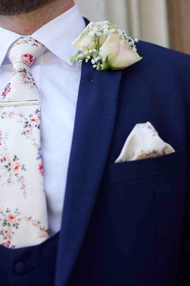 Flores en el outfit del novio 2