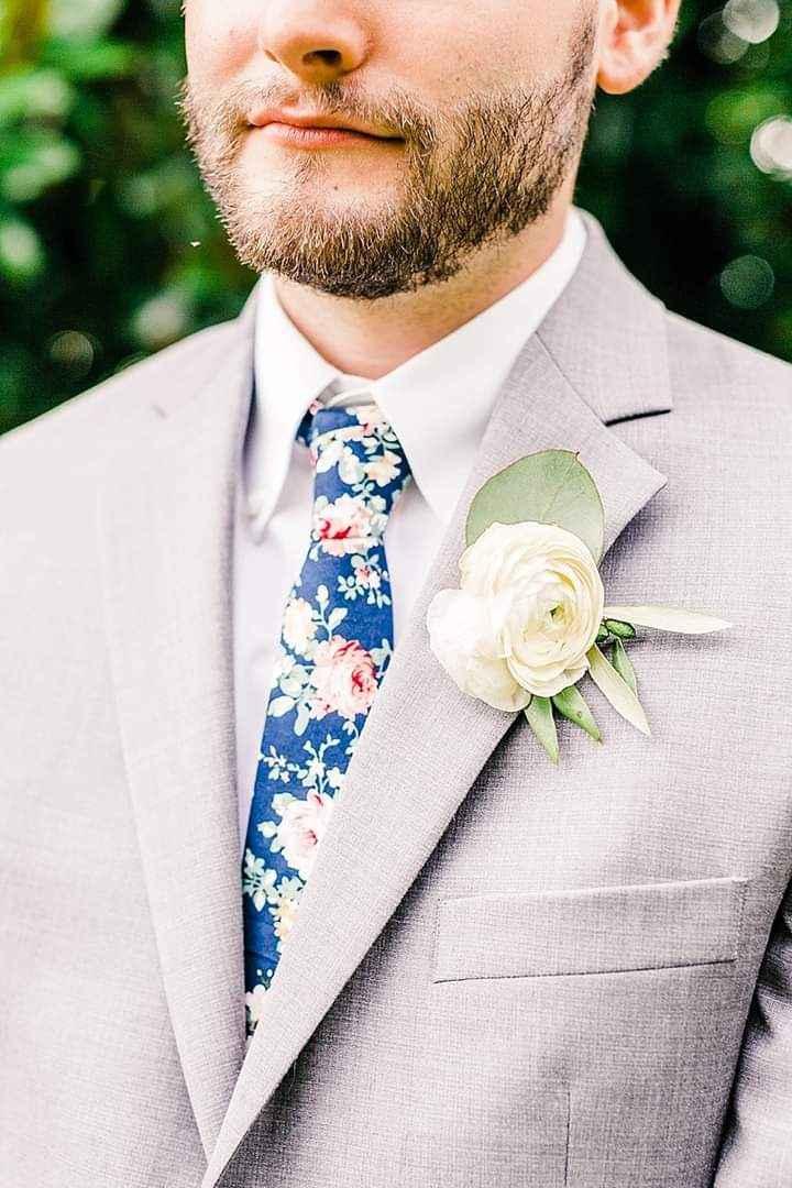 Flores en el outfit del novio 3