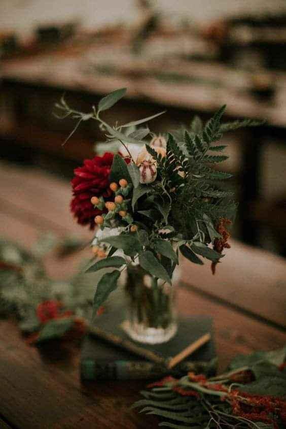 Flores de apariencia silvestre en pequeños floreros 1