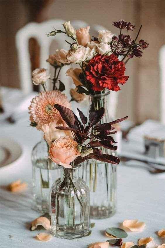 Flores de apariencia silvestre en pequeños floreros 3