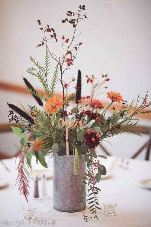 Flores de apariencia silvestre en pequeños floreros 4