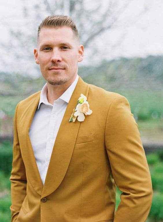 Verano-otoño: trajes en color mostaza 3