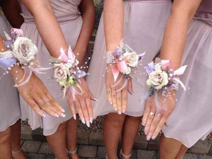 Corsage o pulsera floral para tus damas - 2