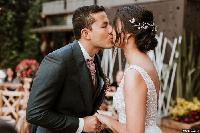 3. El primer beso de recién casados 1