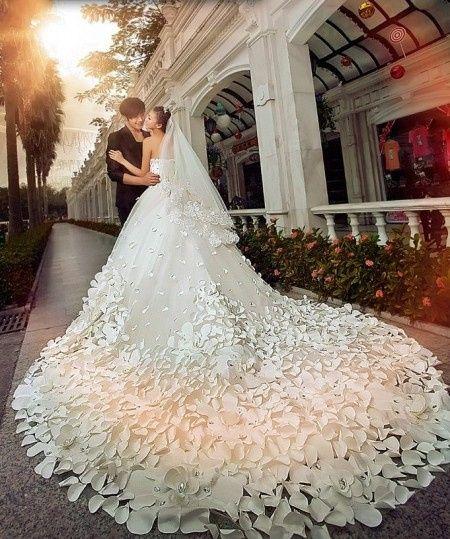 La cola del vestido de la novia