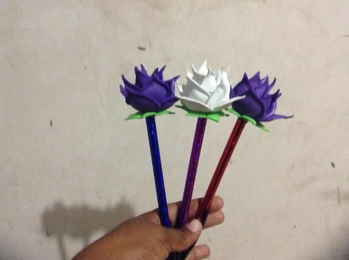 Como decorar plumas con flores de fomi imagui for Plumas para decorar