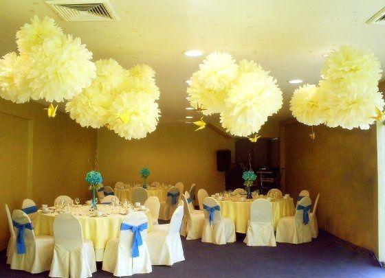 Decoracion con pompones de papel foro antes de la boda - Como decorar un salon para comunion ...