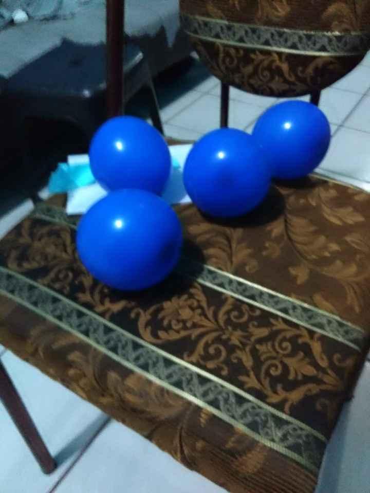 Aqui ya estan los globos inflados y con los papelitos adentro, les puse un liston (que no sale en la