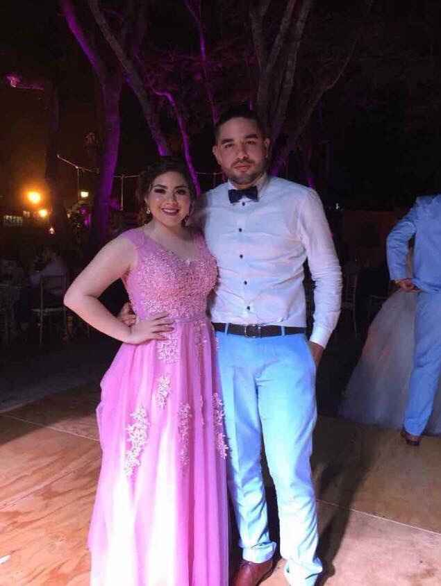 Las mías fueron rosas es un color muy romántico y elegante pero si eres de tonos más fuertes un azul