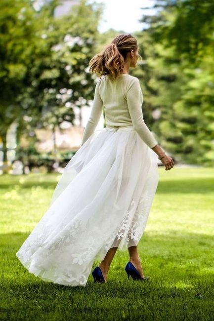 482823ad6 Cada vez más novias huyen del tradicional total look en blanco y optan por  introducir pequeñas dosis de color, por ejemplo, en complementos y pequeños  ...