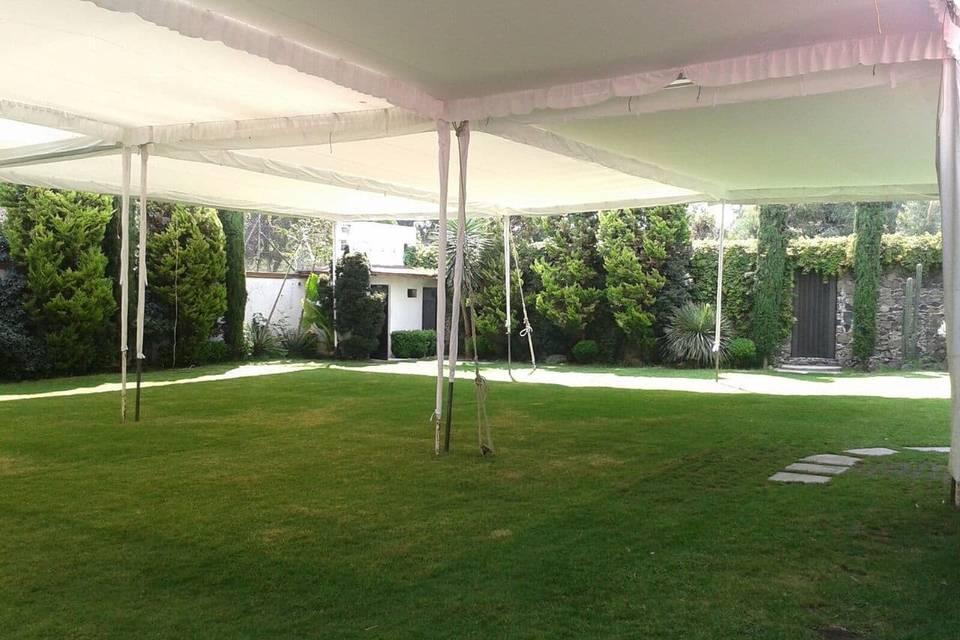 Jardín con carpa