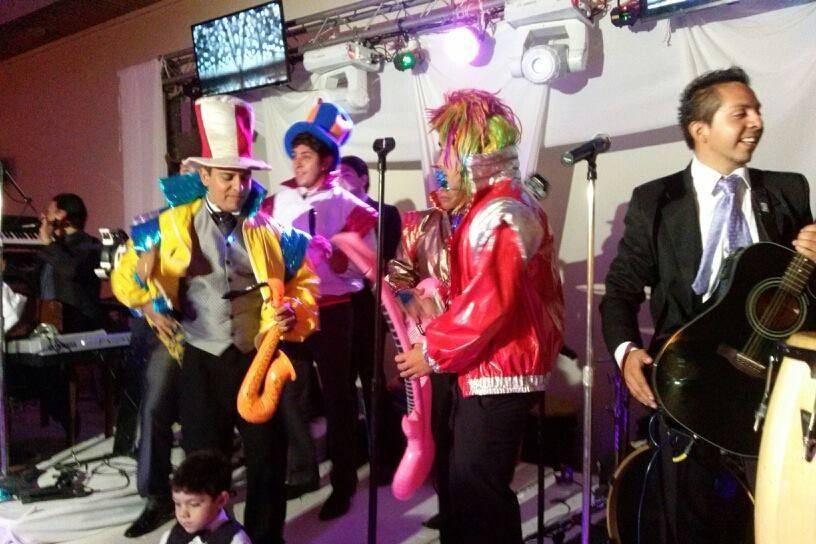 Novio y amigos en el escenario