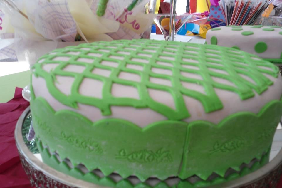 Pastel con detalles en verde