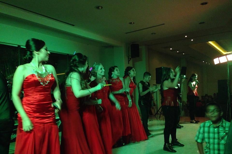 Los invitados bailando